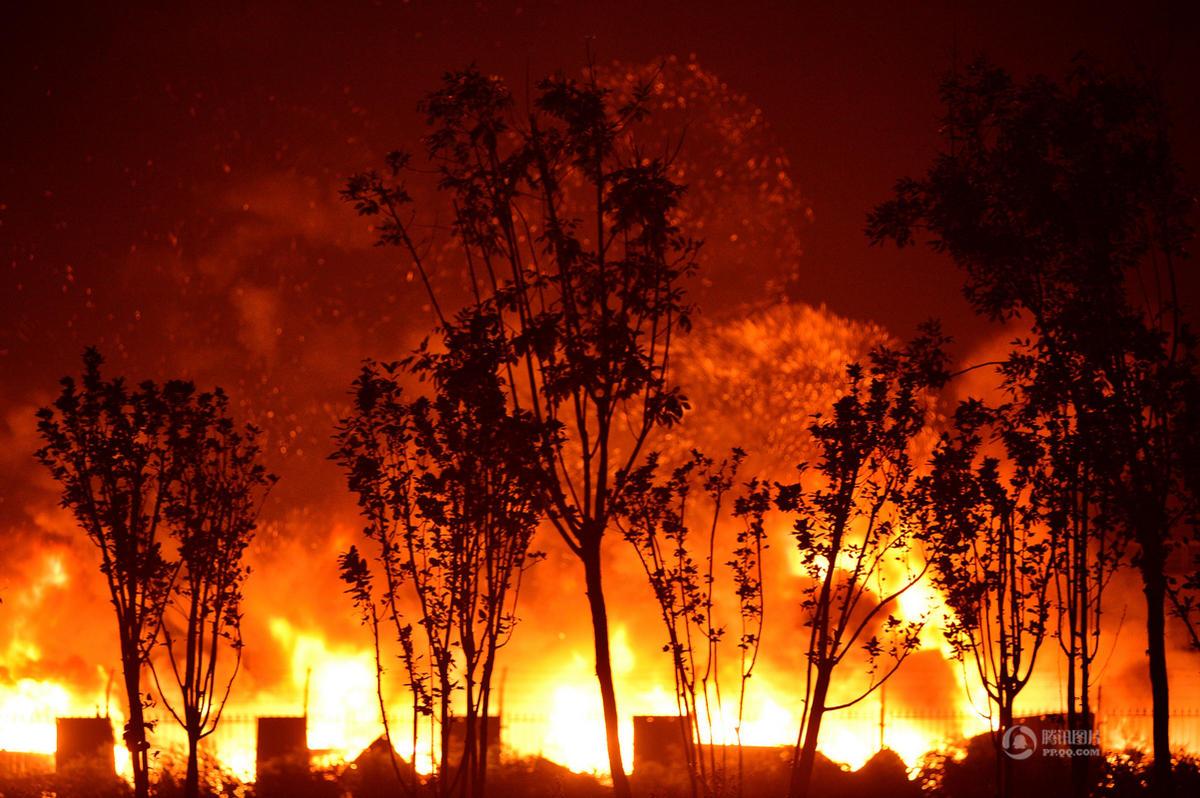 天津爆炸现场腾起蘑菇云 数十公里外有震感2015.8.14 - fpdlgswmx - fpdlgswmx的博客