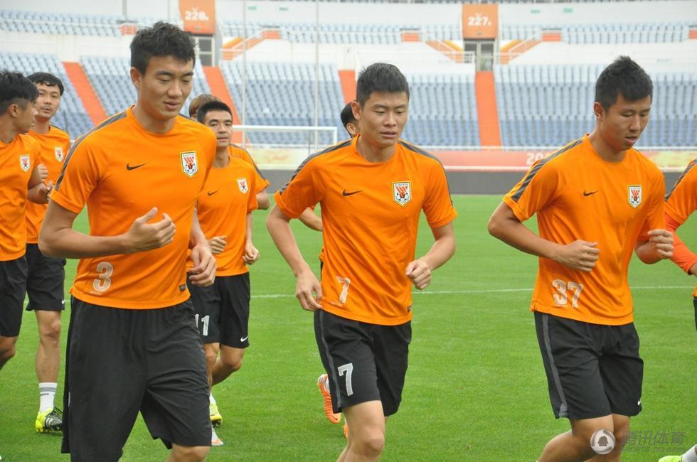 月15日下午,鲁能泰山队全体队员前往奥体大球场进行采场训练,全图片