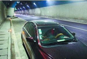 【泸州年轻夫妻高速公路隧道内停车接吻 被发现扣6分】一对年轻夫