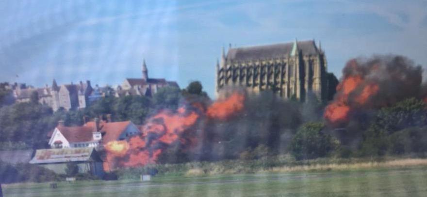 英国参展飞机坠毁后与多车相撞致7人遇难