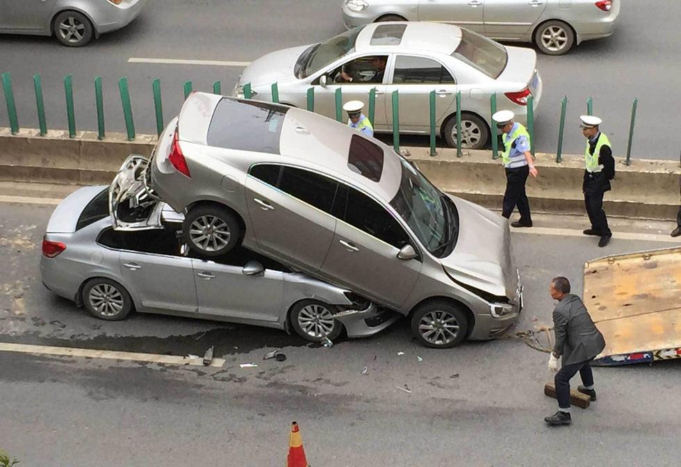 昆明发生离奇车祸 两车追尾前车被铲起2015.9.01 - fpdlgswmx - fpdlgswmx的博客