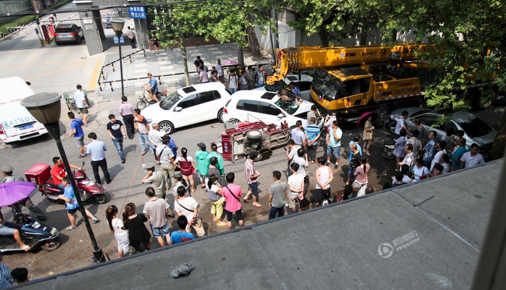 ,陕西西安一条繁华的街道上,一辆行驶中的吊车突然失控,先撞图片