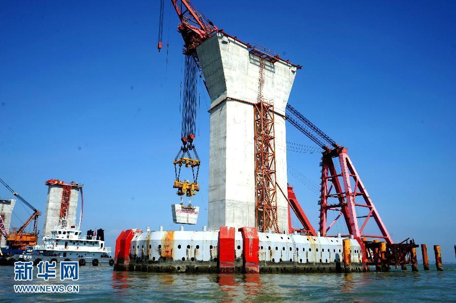 港珠澳大桥CB03标非通航孔桥所用的低墩区整体式墩台(9月6日摄)