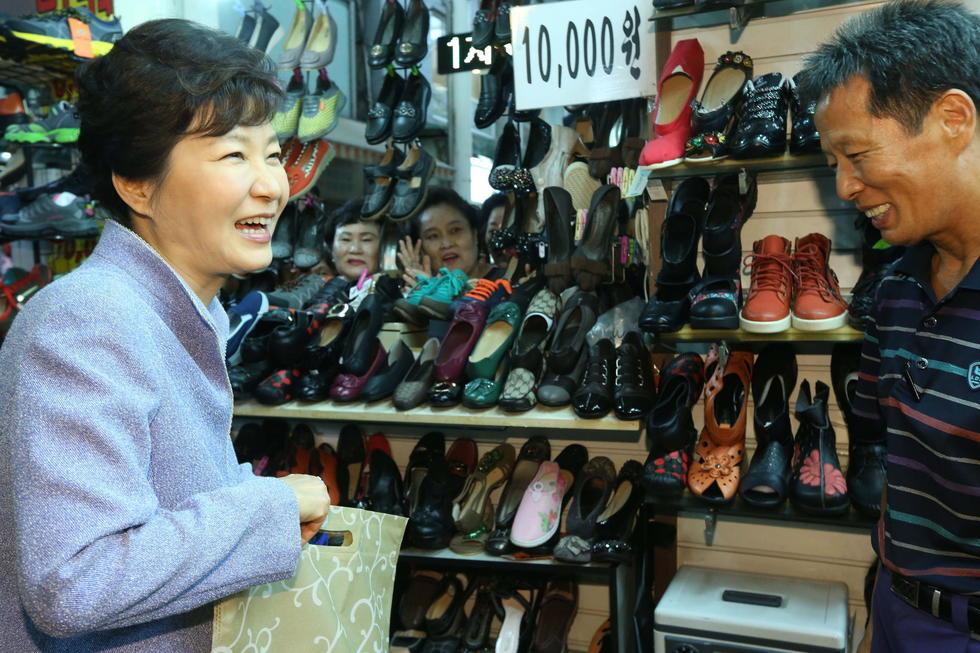【耄耋摘编】韩总统朴槿惠路边店买鞋 大秀亲民形象(图) - 耄耋顽童 - 耄耋顽童博客 欢迎光临指导