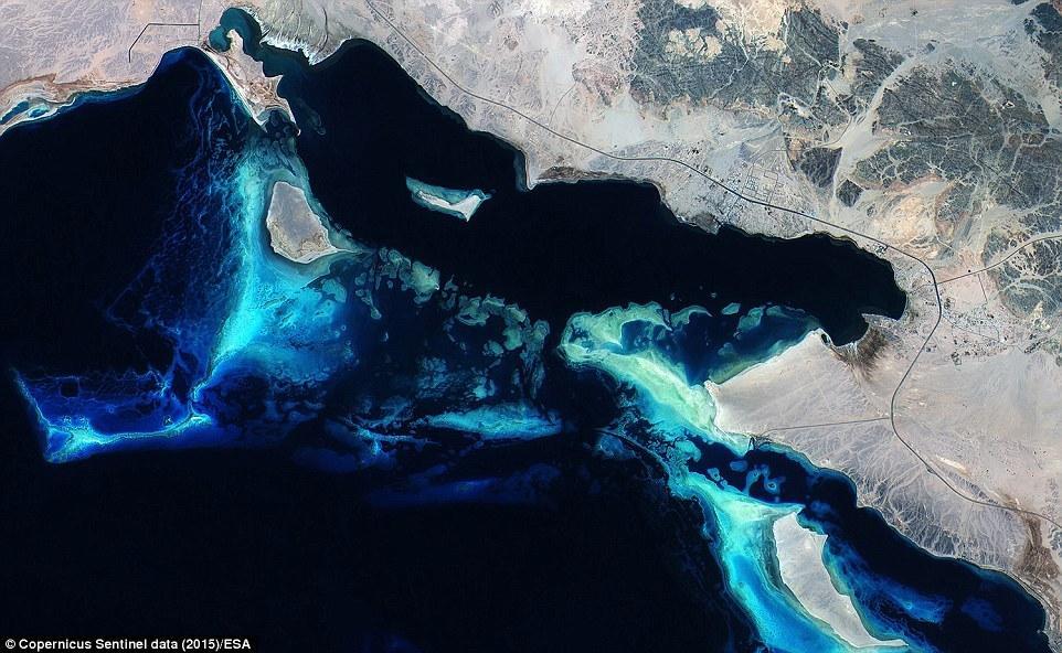 报道,近日,由人造卫星拍摄的地球上最美妙的风景地貌图片将会在