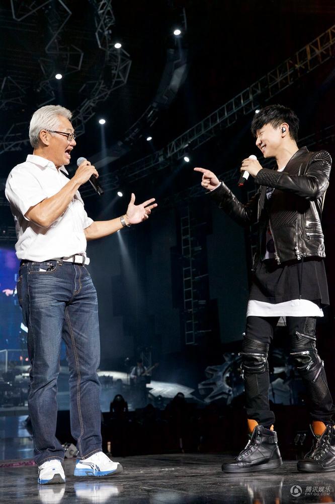 林俊杰演唱会唱回新加坡 爸妈惊喜现身深情对唱