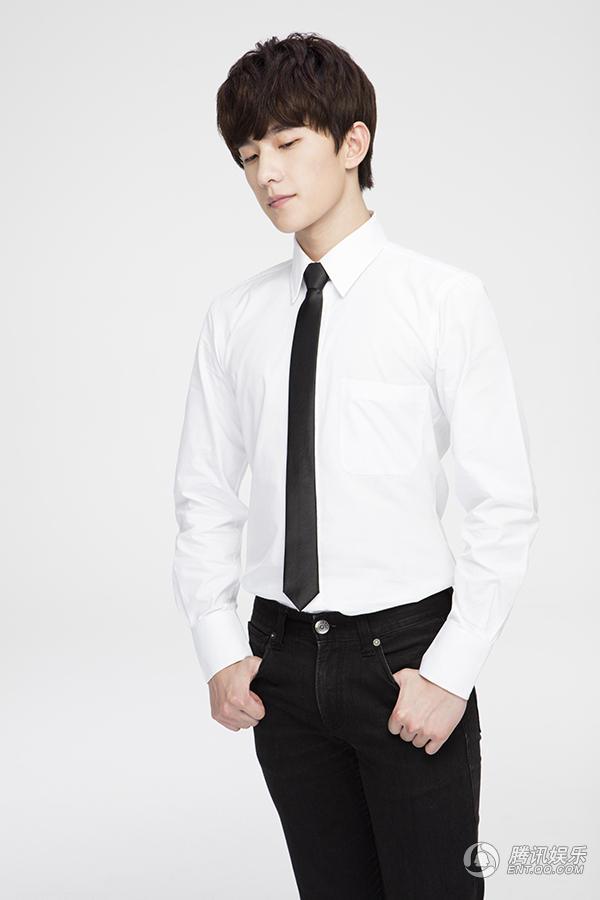 高清 杨洋白衬衫配黑西裤 简约演绎酷帅型男