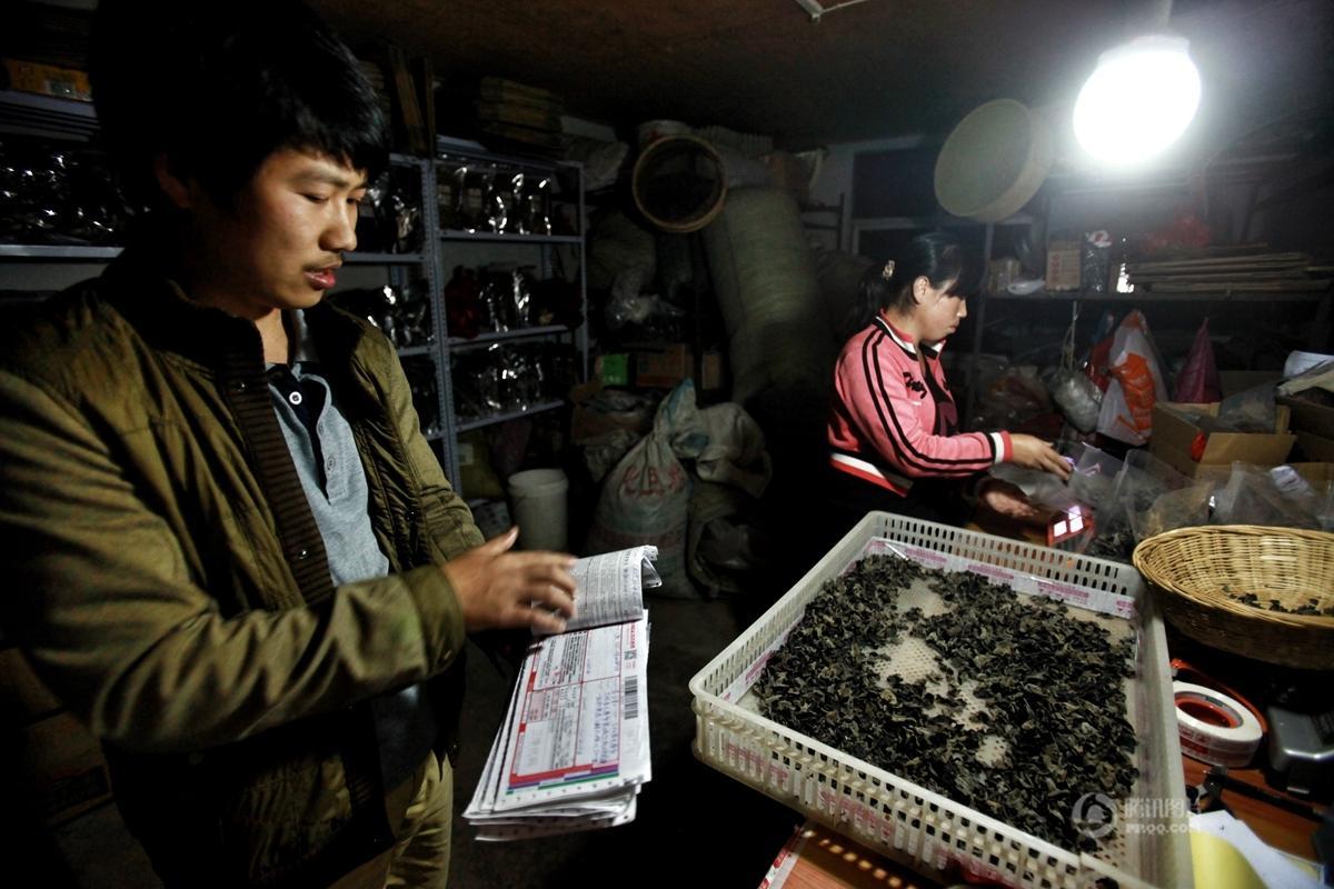 """【中国人的一天】""""靠山吃山""""的大学生电商夫妇"""