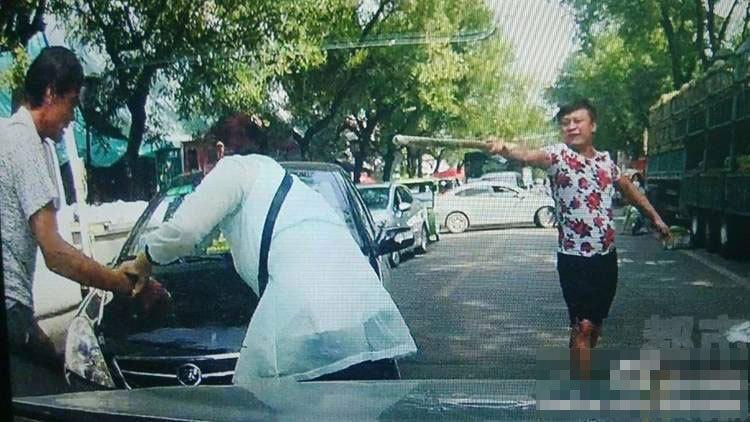 陕西两车刮蹭 轿车司机持棍暴打三轮车主2015.9.11 - fpdlgswmx - fpdlgswmx的博客