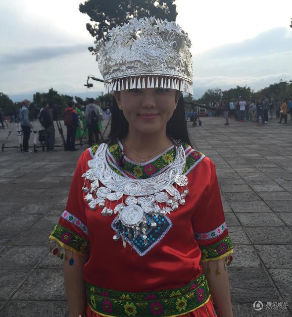 李湘翁虹变白族金花姐妹 穿民族服饰亲密合影