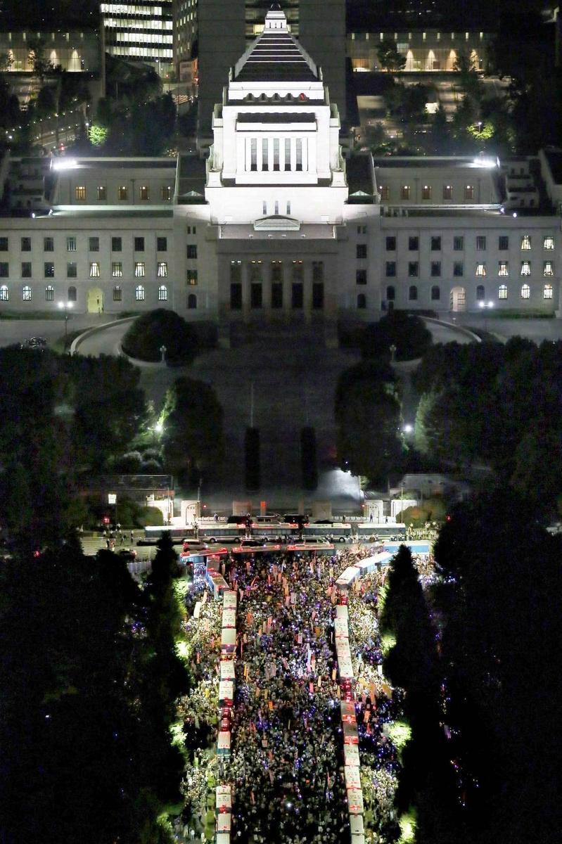 组图:日本数万民众包围国会反对安保法案 - 海阔山遥 - .