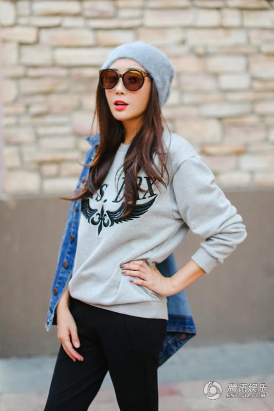 而不简单的服装搭配出了不同的风格,散发出了无限的青春感.照