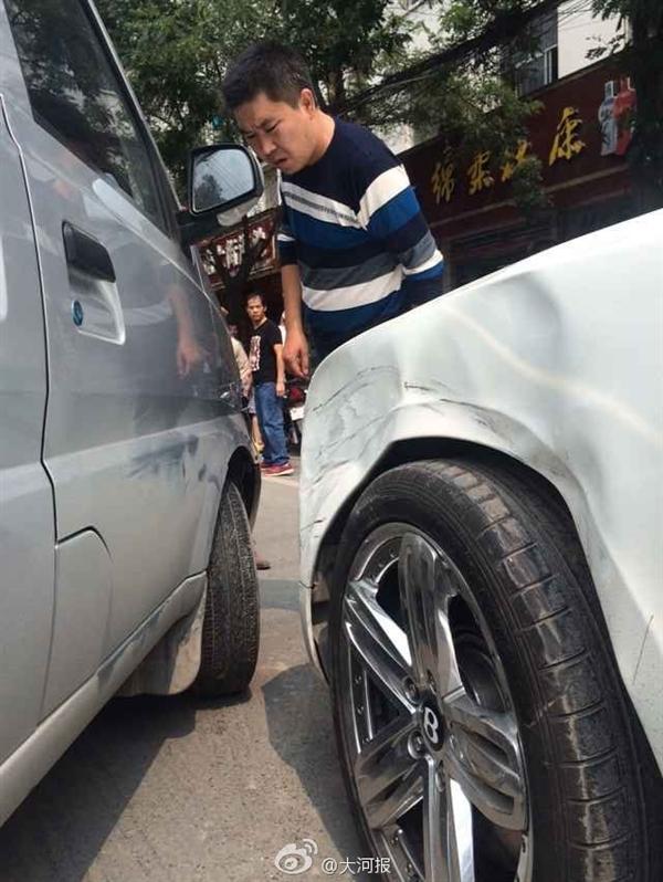 鄭州麵包車撞壞賓利擔全責 維修費超10萬