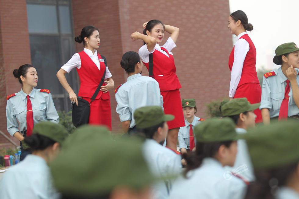 河南一高校新生头顶矿泉水瓶军训 - 海阔山遥 - .