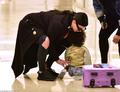 组图:爱女机场坐地哭闹 卡戴珊搂抱母爱满满