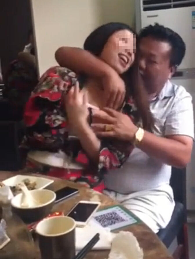 江苏一村干部饭桌上脱女子衣服被停职 2015-09-20 09:40 - 寒雪 - 寒雪·欢迎您!