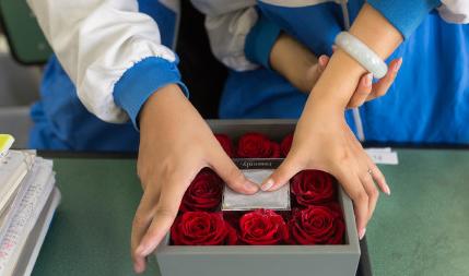 成都情侣用校服当婚纱 纪念相爱七年