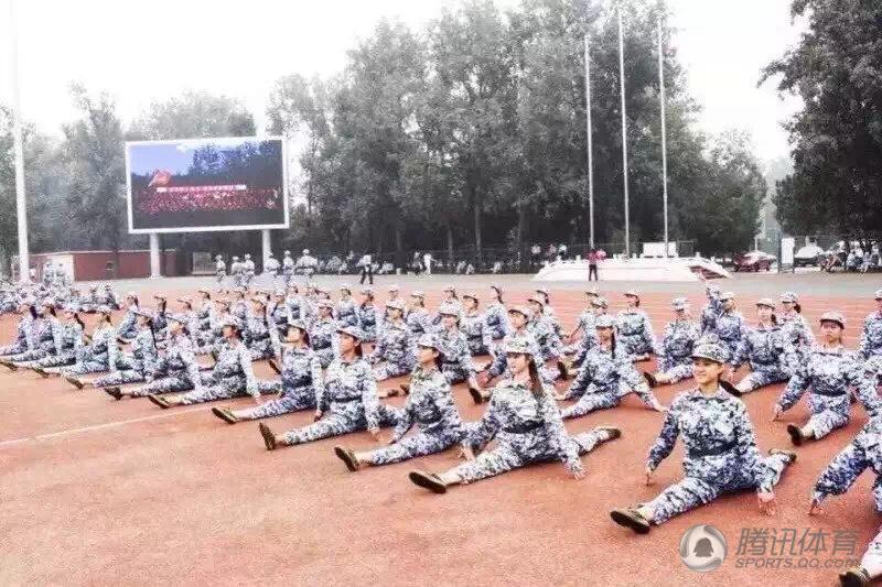 近日,各大高校新生军训展开,大秀花样一字马已经成为高校军训标