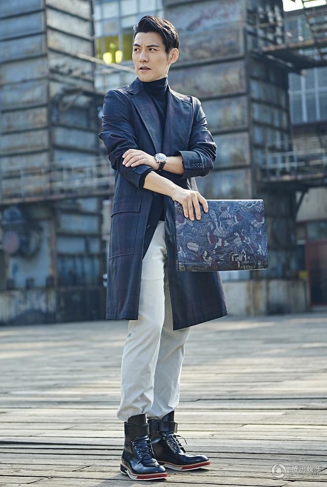近日,严屹宽为男人风尚杂志拍摄了一组时尚街拍,脸部轮廓突出、图片