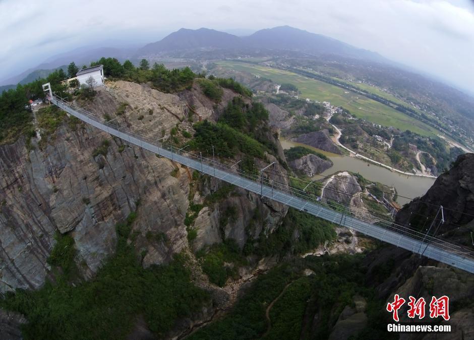 中国首条高空透明玻璃吊桥开通 垂直高度达180米 - 海阔山遥 - .