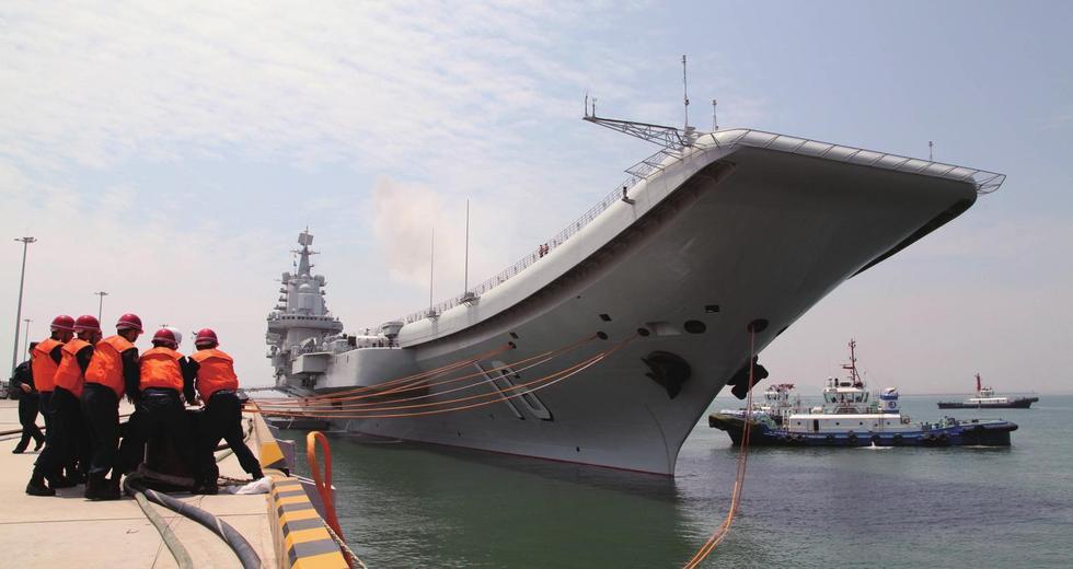 配套设施建成、具备编队作战能力的中国第一艘航空母舰.-辽宁舰服