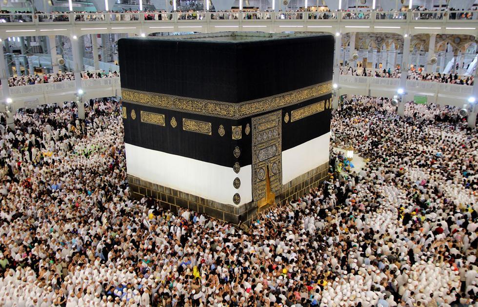 """朝圣者围绕着麦加禁寺内的建筑物""""克尔白""""祈祷,这是伊斯兰教最"""