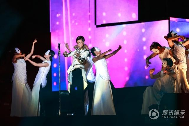 李宇春成都演唱会 和21岁的自己隔空对话场面感人