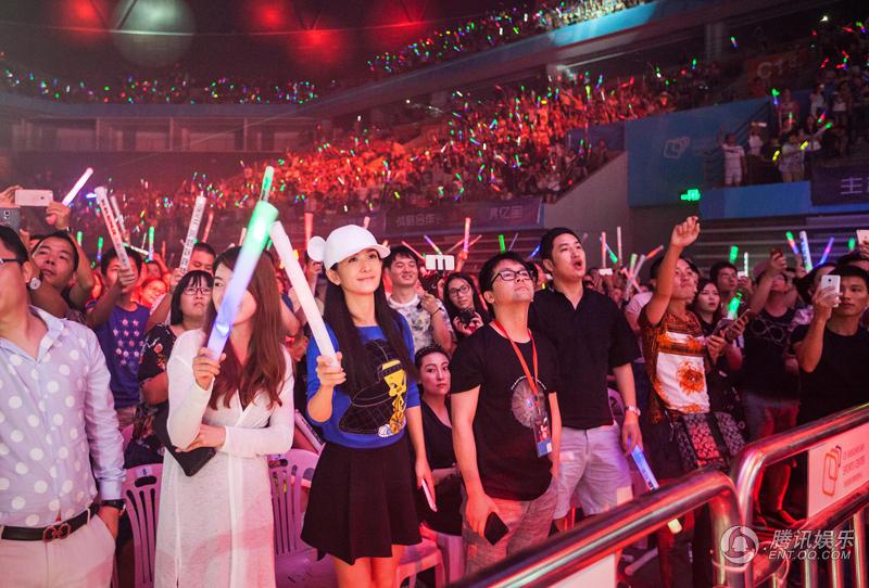莫文蔚深圳演唱会邀张杰同台 全球现场首唱《一念之间》