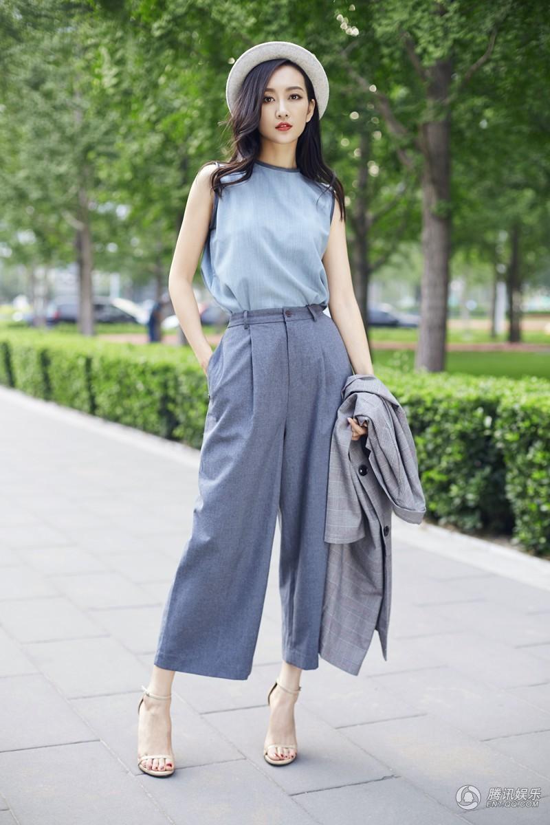 在照片中王鸥身着蓝色上衣搭配深蓝色阔腿裤,蓝色让人眼前一亮图片