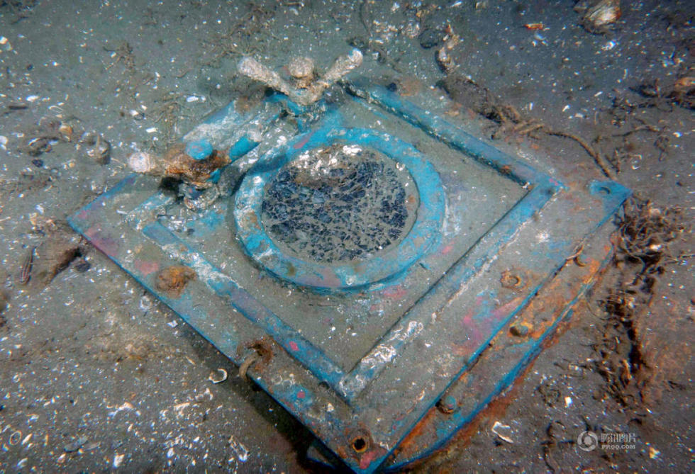考古现场发现的方形舷窗。