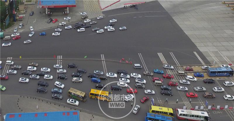 大量汽车堵在高速上,从上空俯拍,高速路如停车场,一辆辆小汽车如