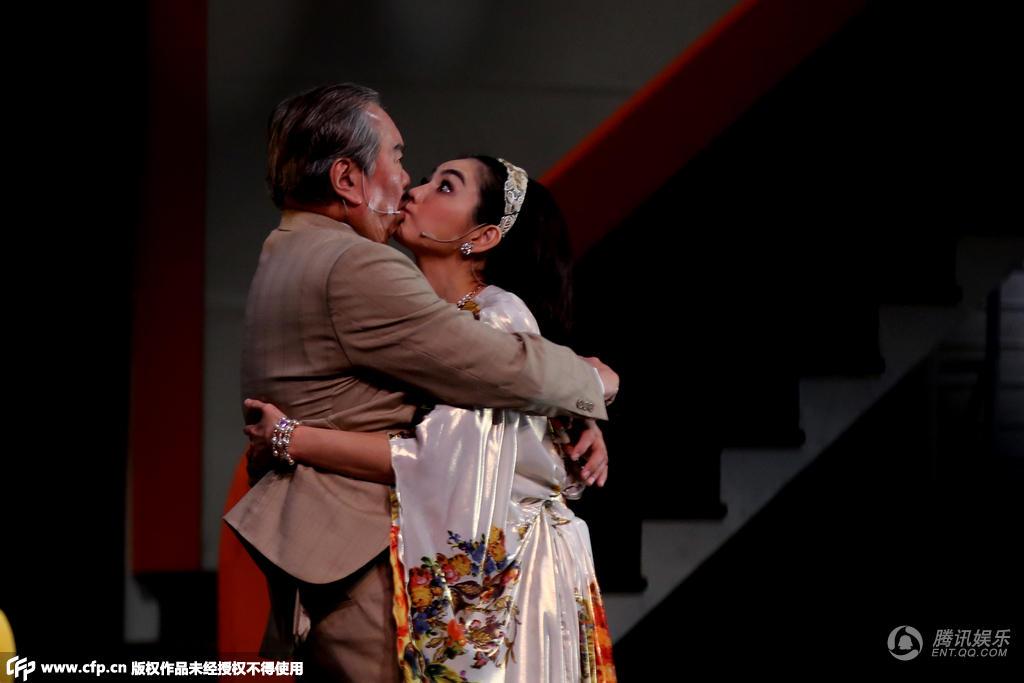 ELLA首演話劇與男演員接吻 撩裙露安全褲顯投入