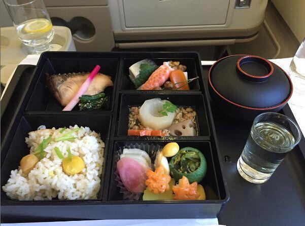 不能比!看看人家頭等艙的航空餐