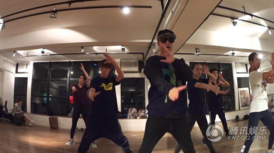 古巨基巡回演唱会首曝排练视频 致敬哥哥变身舞王