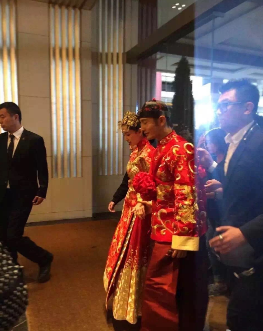 奉茶、拜天地,中式的婚礼礼仪总带着浓浓的人情味.今晚17:30分,