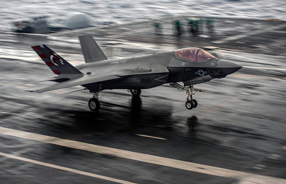 F 35C 闪电II 舰载型冒雨进行航母起降测试