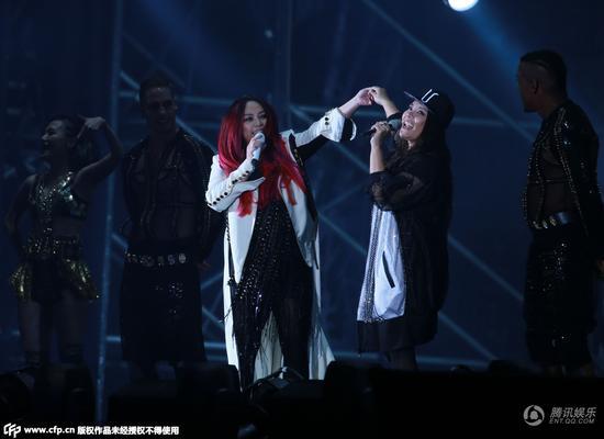 张惠妹北京演唱会热唱40首歌 台上大挥彩虹旗
