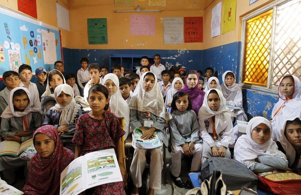 坐在位于巴基斯坦首都伊斯兰堡市郊的马沙尔模范学校的教室里.这