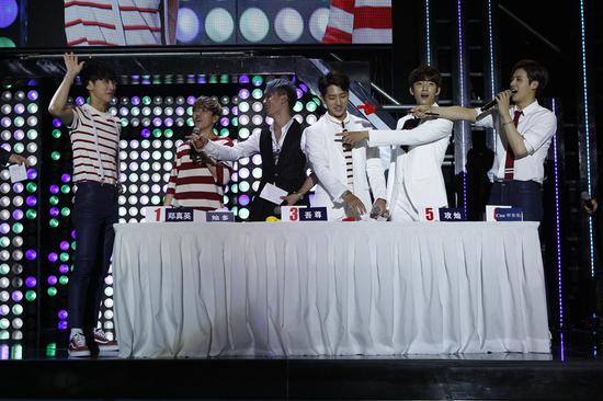 B1A4中国首秀献声玩唱会 现场暖心送粉丝蛋糕