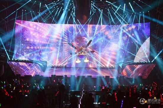 古巨基深圳演唱会首创3D裸视 献唱情歌赠爱妻