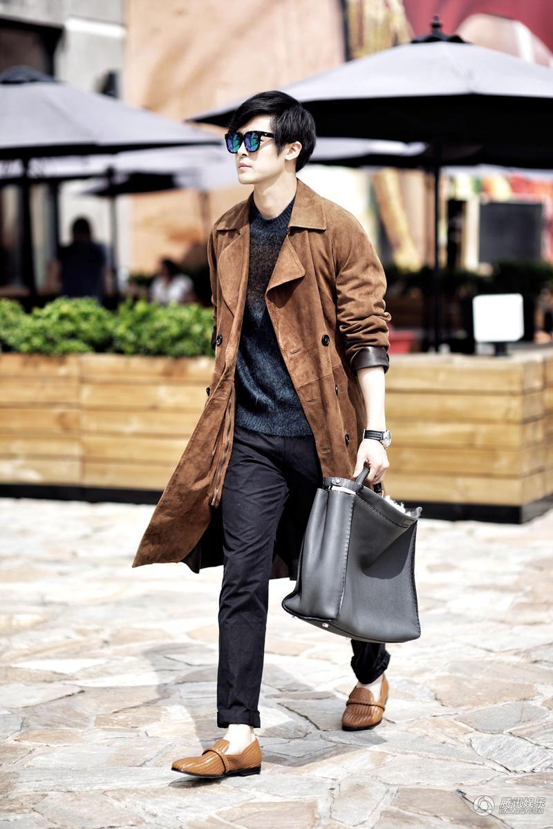 演员付辛博为《男人风尚》拍摄的一组街拍大片曝光.镜头中,付图片