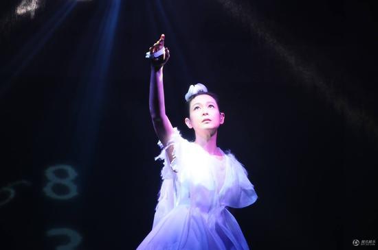 刘若北京演唱会开票遭秒杀 英回婆家开唱造轰动