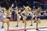 组图:啦啦队美女纵情热舞 高难度飞踢嗨翻全场