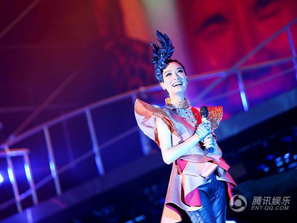 凤凰传奇南京演唱会开唱 曾毅现场学方言惹爆笑