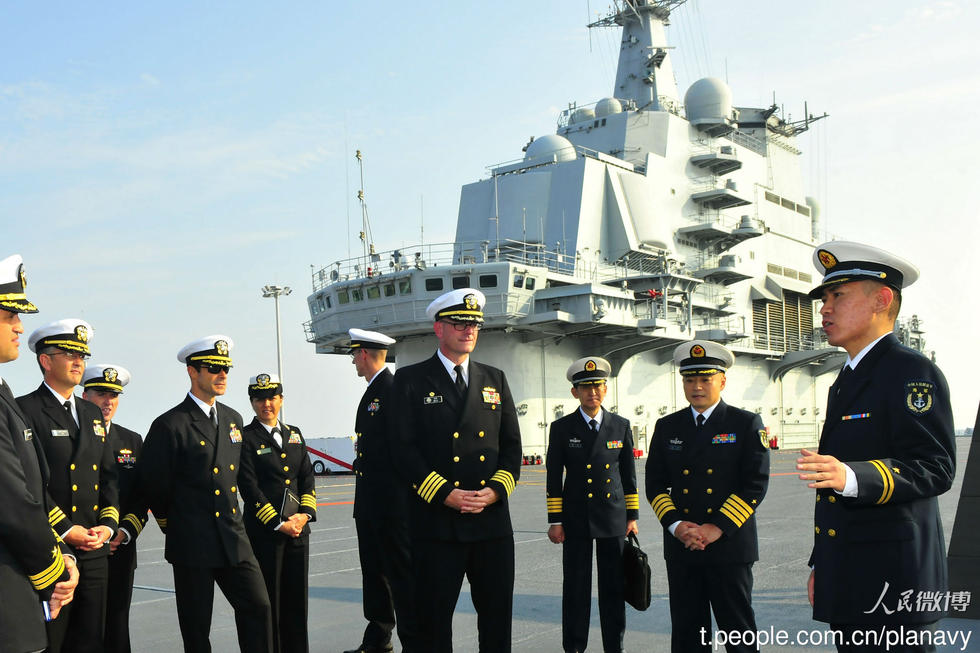 美军舰艇长未受巡航南海传闻影响 登辽宁舰访问