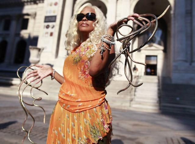 """世界最长的指甲……""""公爵夫人""""克丽丝·沃尔顿于2011年9月14日在图片"""