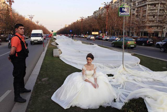 最长婚纱裙摆!2012年3月20日,在罗马尼亚的布加勒斯特,一位17岁