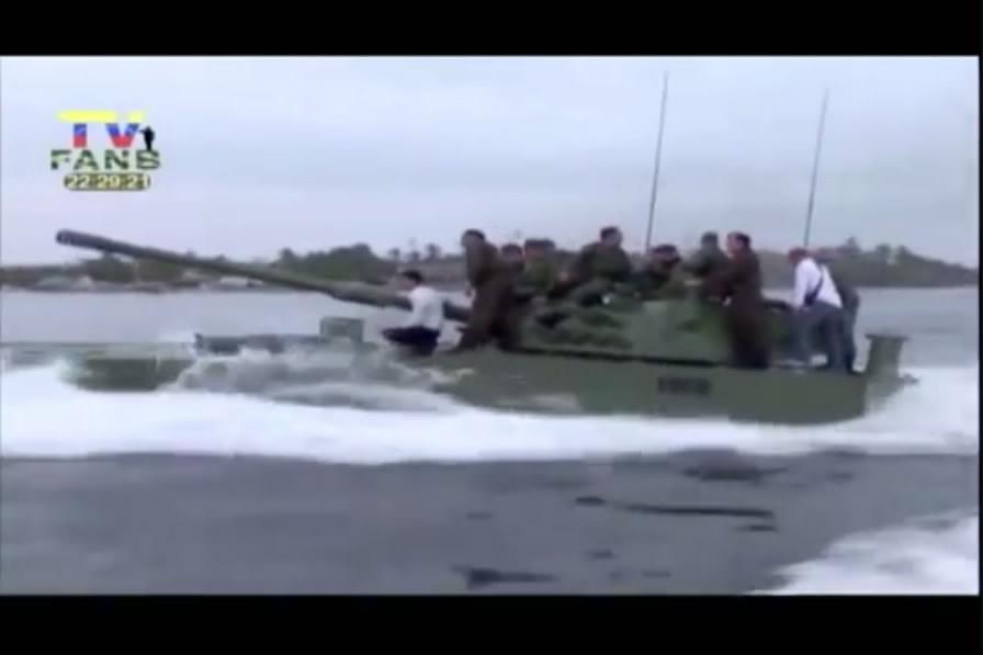 实拍3名工人遇凶猛洪水被困桥底 巧用滑索脱险