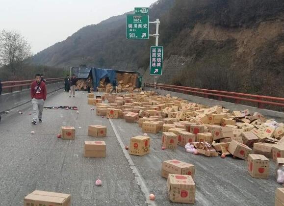 16时30分,包茂高速公路榆林至西安方向737Km处铜川段,一重型