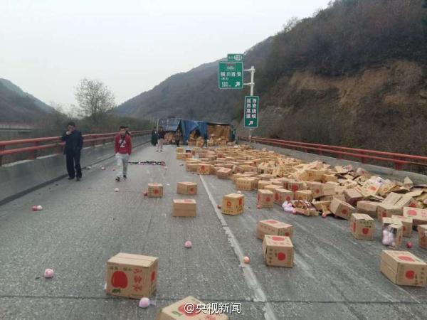 10月22日,包茂高速陕西铜川段,一辆大货车侧翻,车上1000多箱21